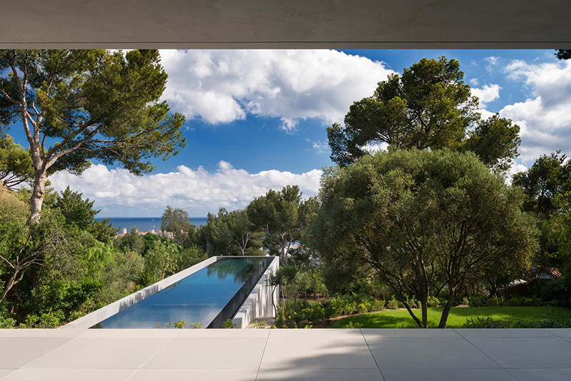 Modern minimalist picornell house with dramatic swimming for Kapfer pool design mallorca