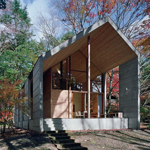 Read more about the article Minimalist Wood and Concrete House Blends Into The Environment.